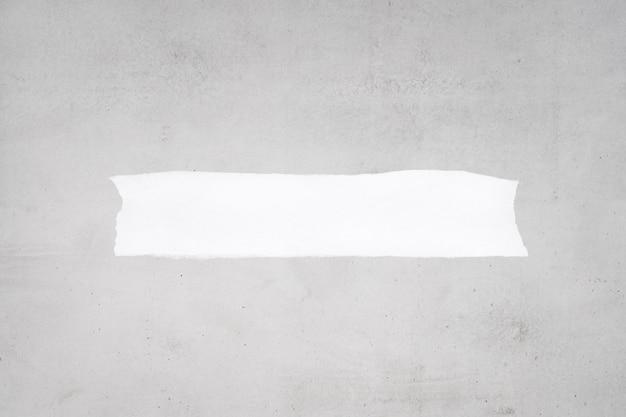 Puste zgrywanie białego papieru na szarym betonie