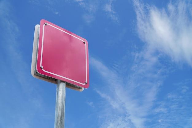 Puste znak różowy wite błękitne niebo.