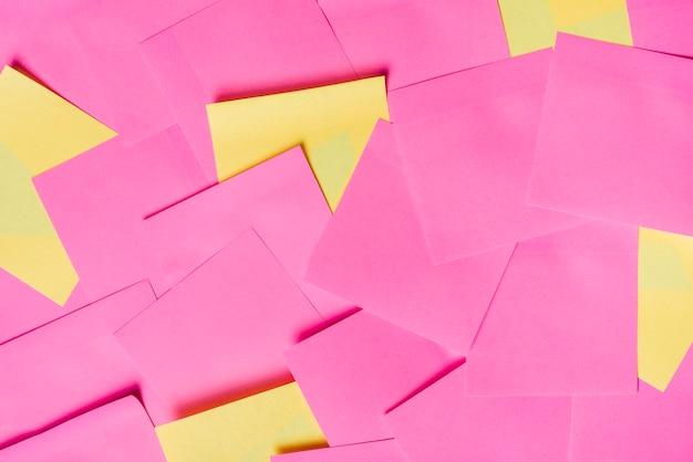 Puste żółte i różowe notatki samoprzylepne