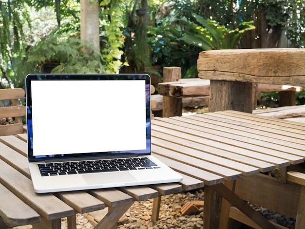 Pustego ekranu laptop na drewno stole.