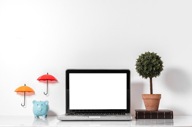 Pustego ekranu laptopu mockup z dekoraci mieszkania pory deszczowa pojęciem.