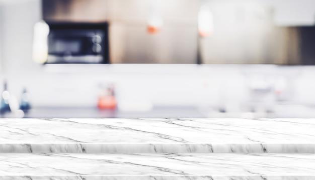 Pustego kroka bielu marmuru stołowego wierzchołka jedzenia stojak z plamy tła bokeh domowym kuchennym światłem