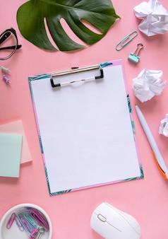 Pustego papieru notatnik w pobliżu artykułów piśmiennych. makieta do projektu.