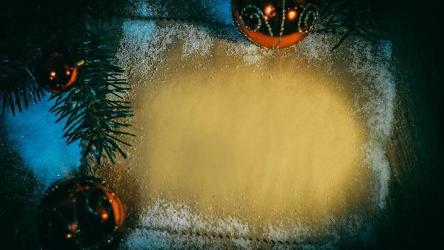 Pusty arkusz na pozdrowienia i ozdoby świąteczne na drewnianym tle