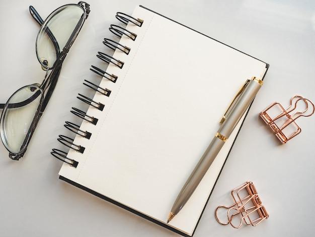 Pusty arkusz notatnika dla twojej gratulacyjnej wiadomości. zbliżenie, widok z góry, powierzchnia drewniana. żadnych ludzi. koncepcja przygotowania do wakacji zawodowych. gratulacje dla krewnych, przyjaciół i
