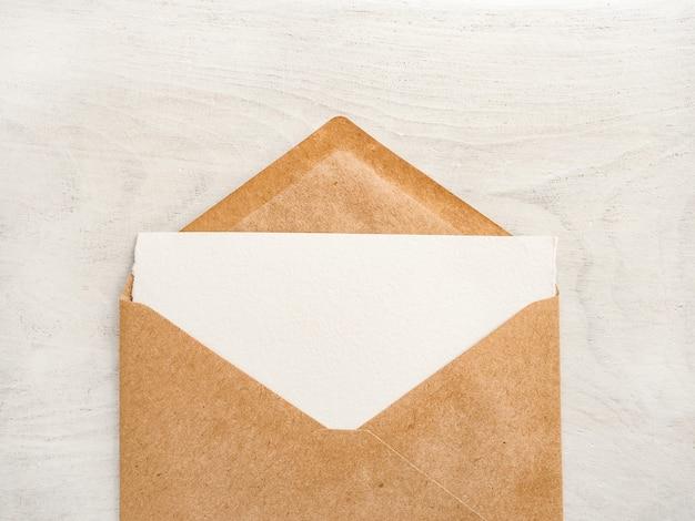 Pusty arkusz notatnika dla twojej gratulacyjnej wiadomości.