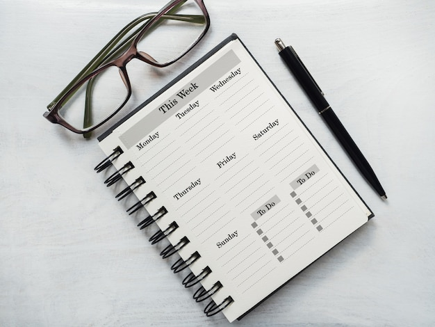 Pusty arkusz notatnika i kalendarz dla wiadomości gratulacyjnej. zbliżenie, widok z góry. żadnych ludzi. koncepcja przygotowania do wakacji. gratulacje dla krewnych, przyjaciół i współpracowników