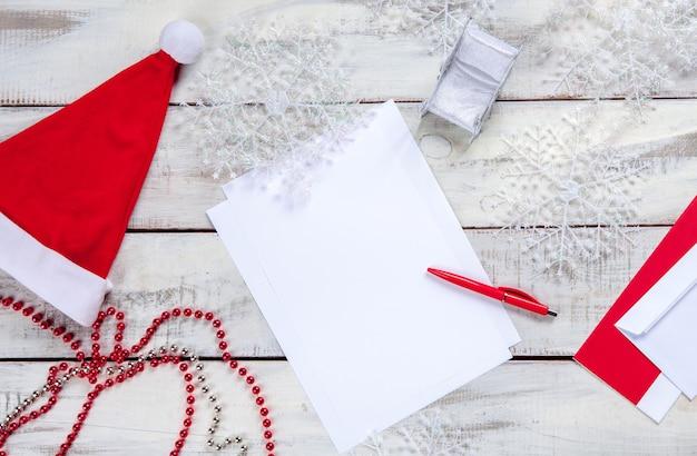 Pusty arkusz papieru na drewnianym stole z długopisem