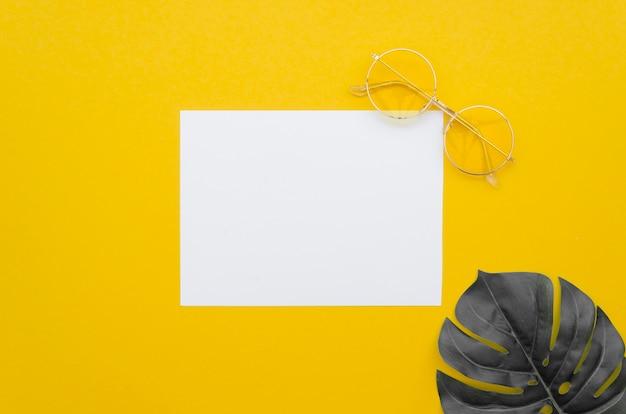 Pusty arkusz papieru z liściem obok