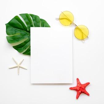 Pusty arkusz papieru z okularami przeciwsłonecznymi