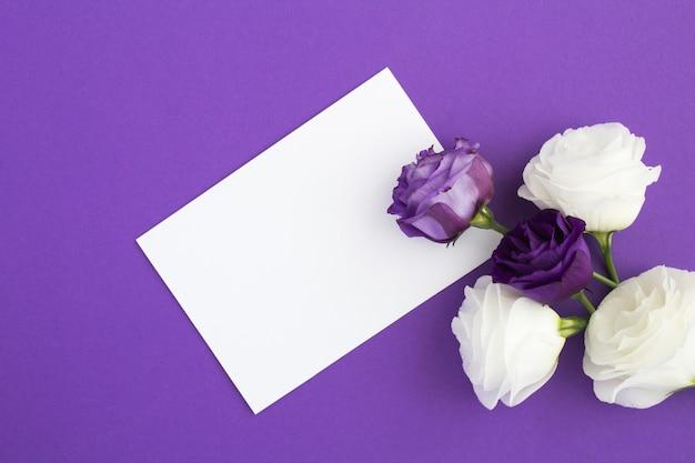 Pusty arkusz papieru z różami