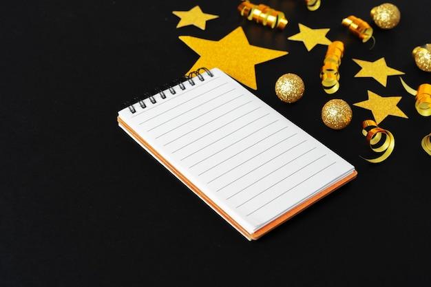 Pusty arkusz papieru ze złotymi ozdobnymi gwiazdami