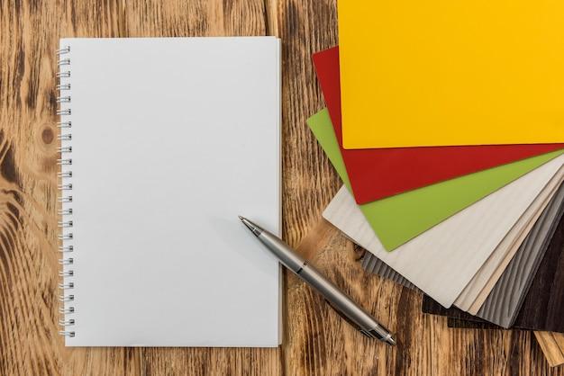 Pusty arkusz zeszytu z katalogiem kolorów drewna podłogowego do projektowania. kolekcja laminatu jako próbnik