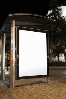 Pusty autobusowej przerwy reklamowy billboard w mieście przy nocą