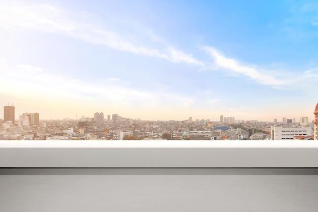 Pusty balkon z nowoczesnymi pejzażami miejskimi i niebieskiego nieba tłem