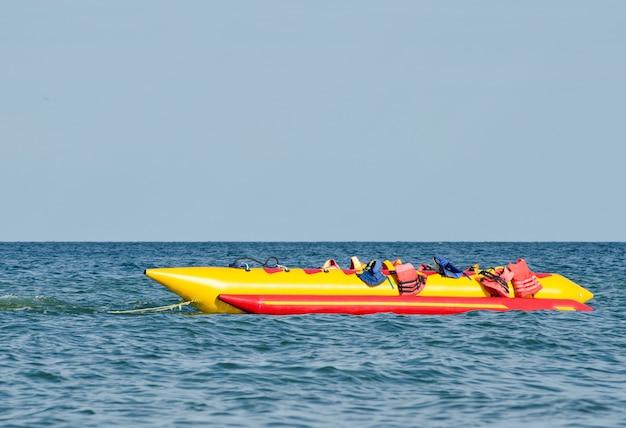 Pusty banan wodny z kamizelkami ratunkowymi na morzu, atrakcja wodna