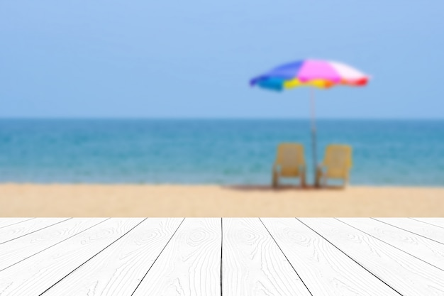 Pusty białego marmuru stół nad plamy błękitnym morzem i niebem w lata tle