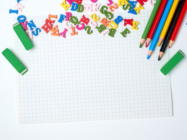 Pusty biały arkusz kwadratów i przyborów szkolnych