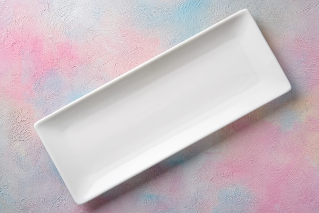 Pusty biały długi prostokątny talerz