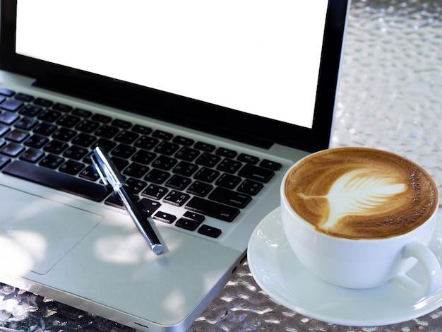 Pusty biały ekran laptopa