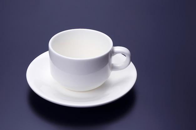 Pusty biały kubek ze spodeczkiem do kawy
