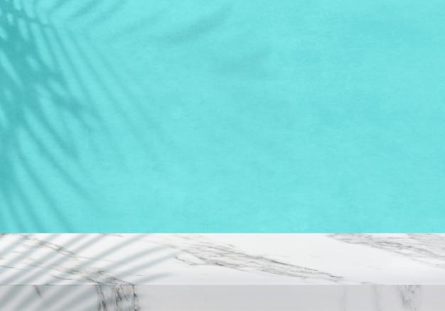 Pusty biały marmurowy blat z pastelowym niebieskim tłem produktu w cieniu roślin