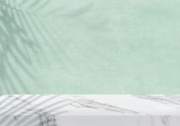 Pusty biały marmurowy blat z tłem produktu w cieniu zielonym tle