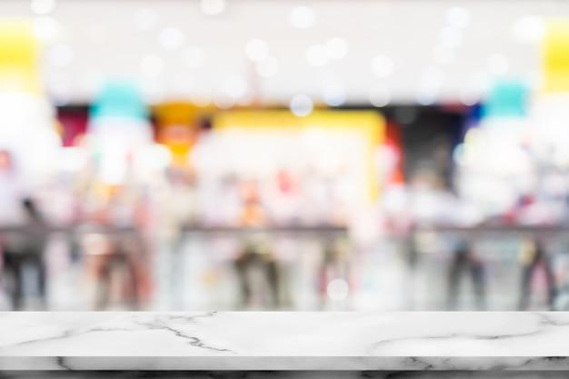 Pusty biały marmurowy stół z wnętrzem w centrum handlowym.