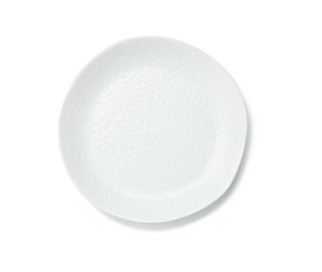 Pusty biały okrągły talerz z postrzępionymi krawędziami na białym tle