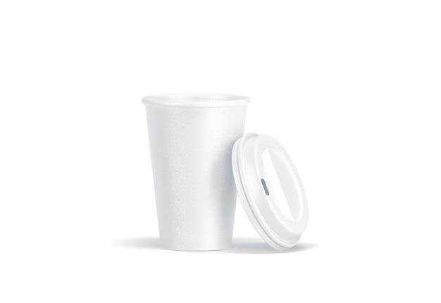 Pusty biały papierowy kubek jednorazowy z otwartą plastikową pokrywką