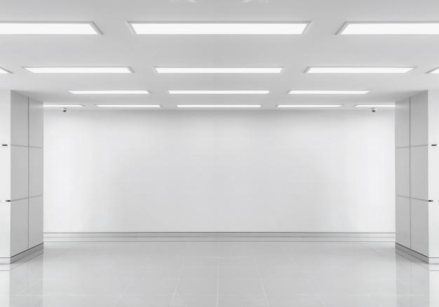 Pusty biały pokój ze światłem.