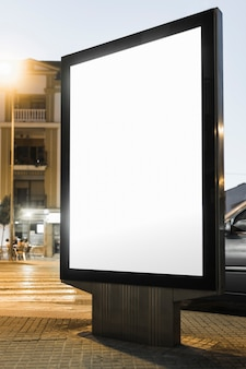 Pusty biały reklamy lightbox przy nocą