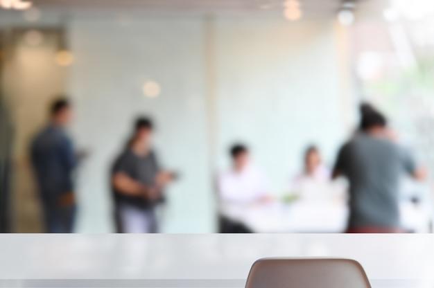 Pusty biały stół i krzesło w pokoju konferencyjnym firmy.