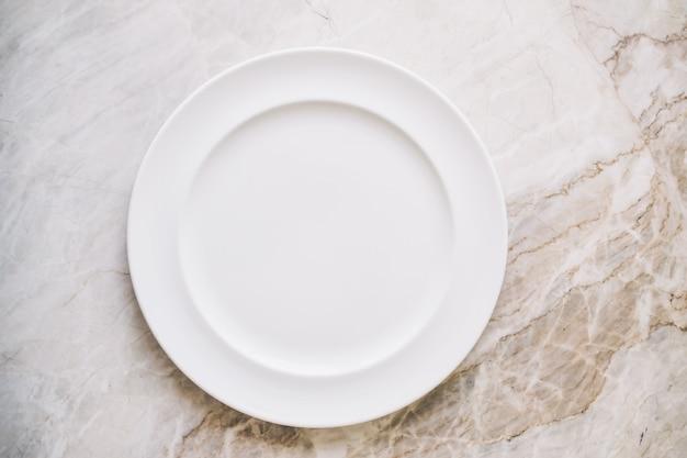 Pusty biały talerz lub naczynie