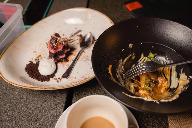 Pusty biały talerz po zjedzeniu deseru, po deserze - z góry.