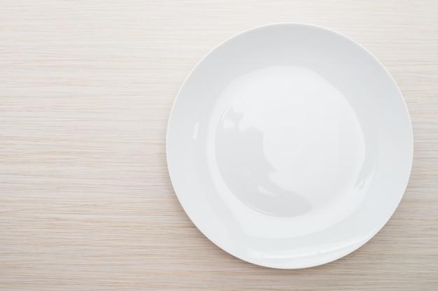 Pusty biały talerz