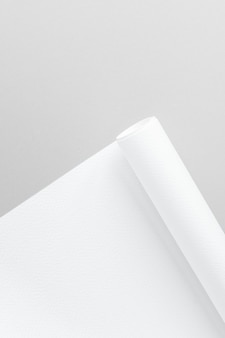 Pusty biały walcowany papier wykresowy na szarym tle
