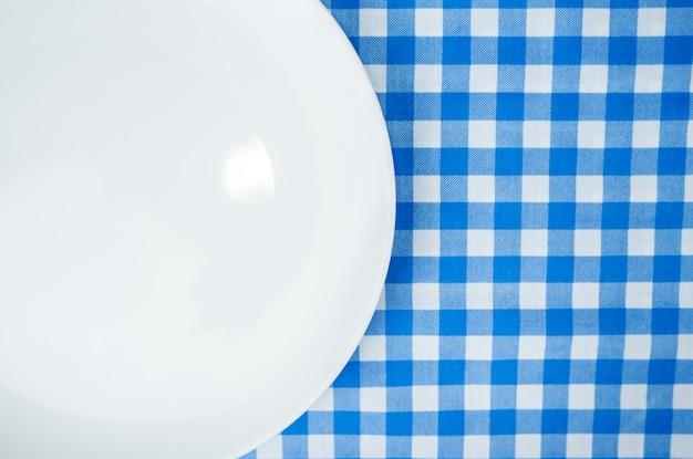 Pusty biel talerz lub naczynie na obiadowym stole z kopii przestrzenią