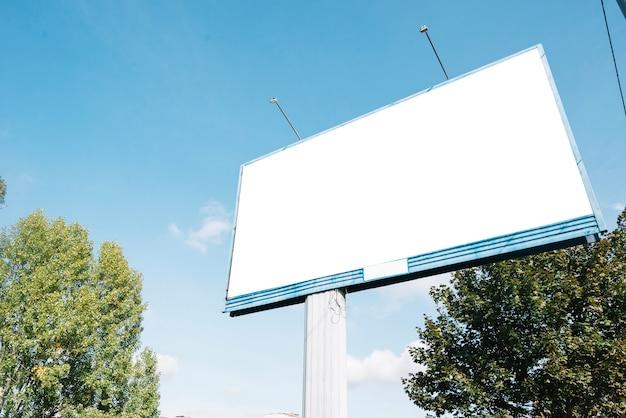 Pusty billboard blisko drzew