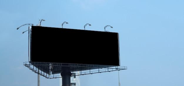 Pusty billboard duży rozmiar do reklamy zewnętrznej lub poza domem z niebieskim niebem