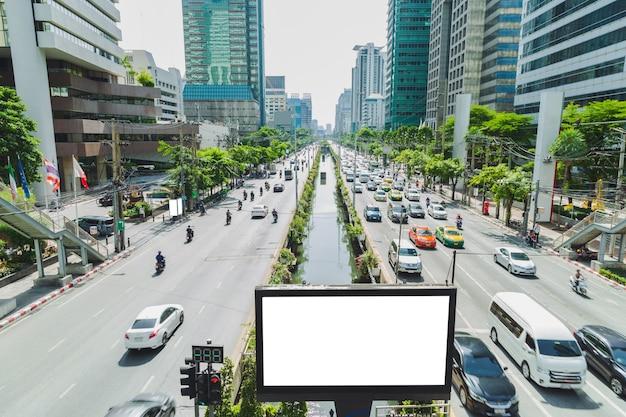 Pusty billboard na plakat reklamowy między ulicą
