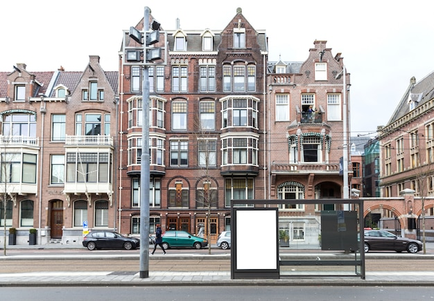 Pusty billboard na poboczu w europejskim miasteczku