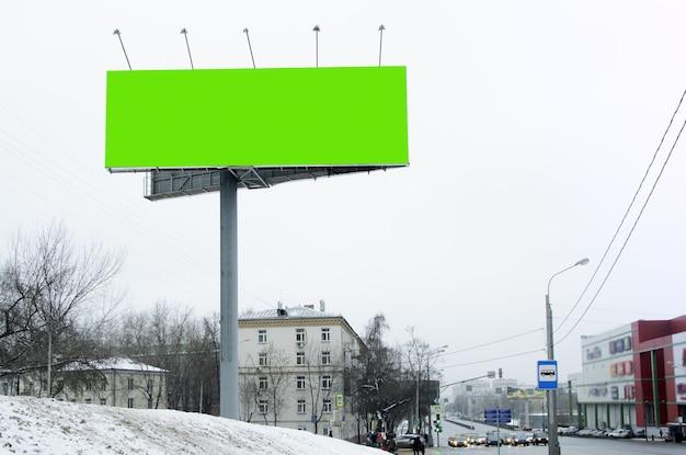 Pusty billboard na reklamę w zimowy dzień, miejsce na tekst, obraz, projekt.
