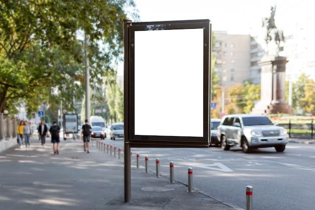 Pusty billboard na ulicy