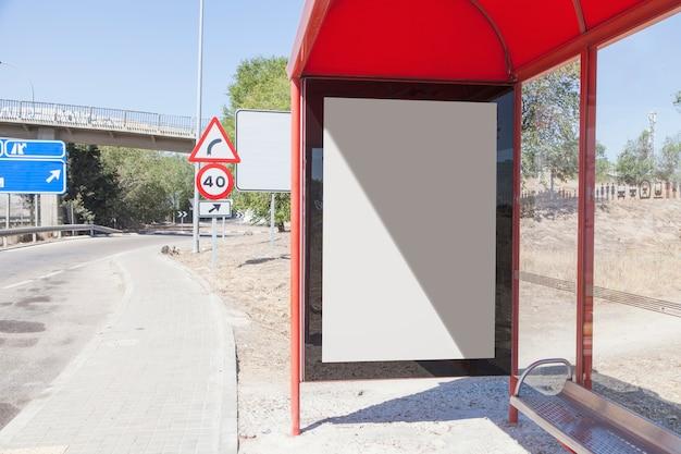 Pusty billboard przy przystanek autobusowy podróży stacją w mieście