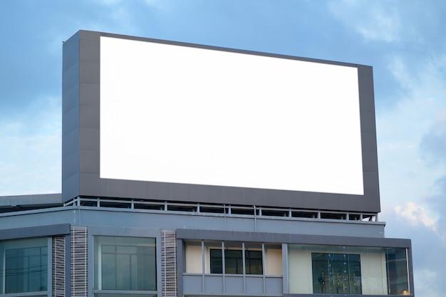 Pusty billboard reklamowy na drodze