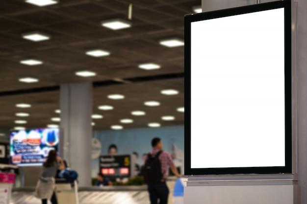 Pusty billboard reklamowy na lotnisku.