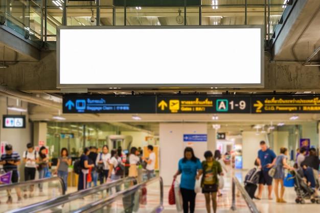 Pusty billboard reklamowy na lotnisku