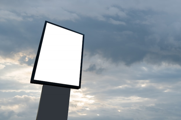 Pusty billboard reklamowy z białym w miejscach publicznych, pusty biały panel z ekranem, szyld na reklamę