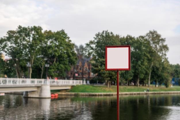 Pusty billboard, tablica informacyjna w parku miejskim, miejsce do wstawienia.